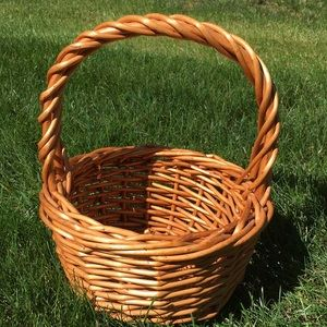 Round basket with a handle